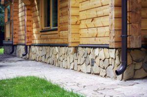 Облицовка цоколя дома камнем