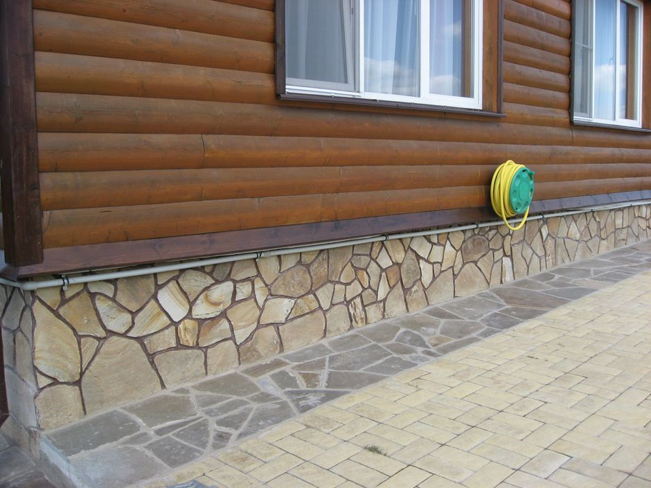 Натуральный камень в отделке цоколя дома