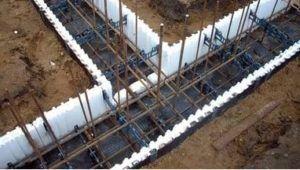 Важное условие создания качественного надежного основания – строгое соблюдение установленных расстояний от металлических деталей конструкции до поверхности фундамента.