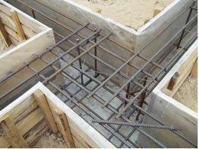 При армировании углов следует избегать стыков и необходимо использовать загнутые прутки.