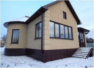 Дом с цоколем, отделанным керамогранитом