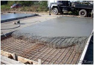 Фундаментная плита заливается только после того, как будет завершен монтаж арматурного каркаса, так как работы с бетоном выполняются в один прием. По отдельным небольшим частям монолитную плиту заливать нельзя.