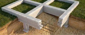 Арматура делает бетонную ленту более прочной.