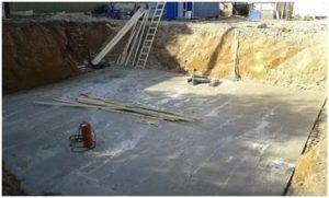 Кроме того, именно благодаря качественно и правильно сделанной подушке из песка и щебня, строителям удается выровнять дно котлована, добиваясь абсолютной горизонтальности подошвы фундамента.