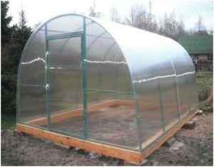 Поликарбонатовый парник является отличным решением для сезонного выращивания.