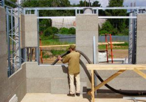 Заливка бетона в подготовленную конструкцию