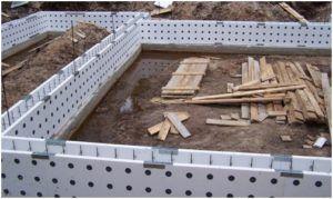 Процесс установки опалубки под заливку бетоном