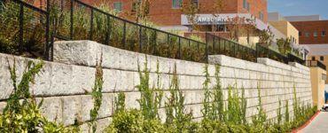 Опорная стена из бетонных блоков