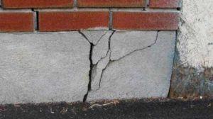 Разрушение фундамента вследствие чрезмерной осадки дома