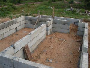 Установка фундамента из бетонных блоков