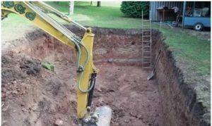 Перед ямой нужно подготовить площадку для размещения остальной техники и позаботиться о возможности свободного вывоза лишнего грунта.