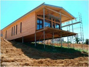 Здание на уклоне со свайным фундаментом