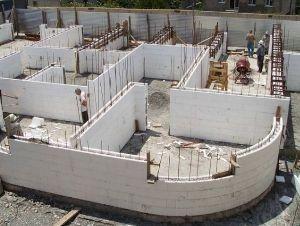 Разнообразные формы блоков позволяют строить дома любой формы.