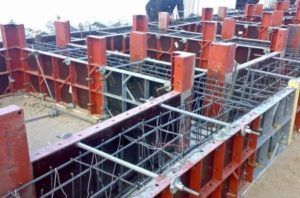 Установка опалубки для бетонирования фундамента