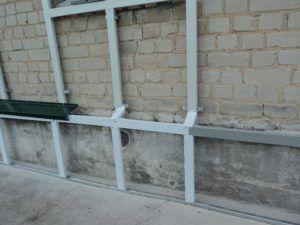 Переход каркаса со стены на цоколь с установкой отлива