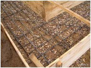 Между нижним рядом арматурных стержней и подушкой в основании ленты фундамента должно быть расстояние не менее 10 см для обеспечения полноценного усиления конструкции.