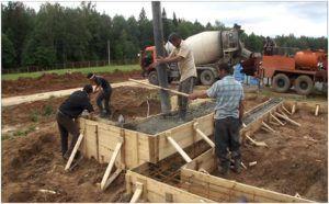 Для работы с бетоном понадобится минимум 3 человека.