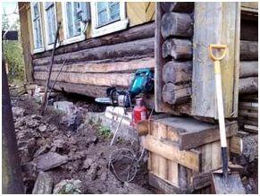 Помимо домкратов понадобятся гидравлический уровень и деревянные рейки, бруски для подпорок и металлические пластины или уголок.