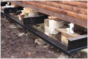 Сооружая под старым деревянным домом ленточный фундамент своими руками, важно позаботиться о надежном усилении конструкции.