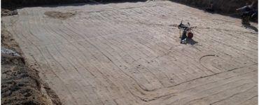 Бетонная подушка под фундамент или подошва всегда шире чем нижняя, опорная грань основания. Несмотря на прочность такой конструкции, чаще всего для фундамента сооружают песчаную базу.