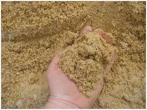Отличительная черта речного песка – отсутствие острых граней на его частичках. После «обработки» проточной речной водой песчинки становятся практически круглыми. Его выбирают не только из-за чистоты материала, но и благодаря довольно крупным размерам песчинок.