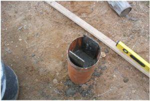 Залитая раствором опора из канализационной трубы