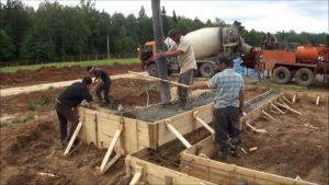 В опалубке не должно быть щелей, чтобы бетонный раствор не вытекал наружу.