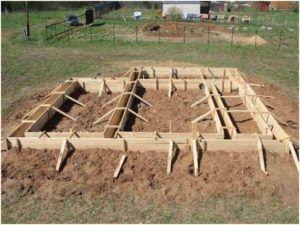 Завершив подготовительную часть, можно приступать к выполнению земляных работ и сборке опалубки.
