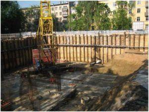 Огороженная стройплощадка с закрепленными стенами котлована