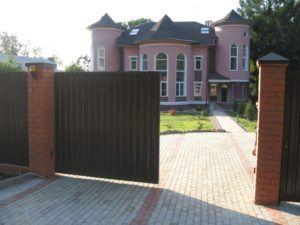 Откатные ворота со стороны подъездной дорожки