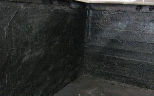 Гидроизоляция мастикой внутри подвала.