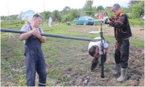 Вкручивание ручным способом должно осуществляться минимум 3 рабочими.