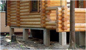 Деревянный дом из брёвен на железобетонных сваях