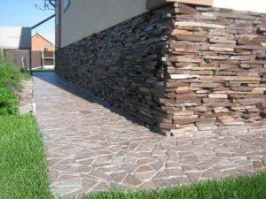 Опалубка из камня хорошо гармонирует с каменным цоколем.