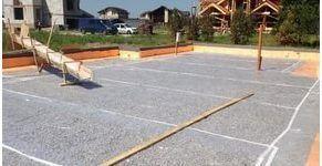 Форма и параметры различных фракций щебня обеспечивают высокий уровень качества его сцепления с песком и цементом при создании бетона, а при обустройстве подушки под фундамент из щебня учитывается такое его свойство, как способность компенсировать неровности грунта.
