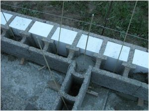 Вид блоков из деревобетона перед заливкой раствора