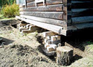 Брус в качестве подкладных элементов удерживает конструкцию дома.