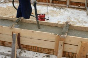 После заливки необходимо тщательно следить за состоянием бетона.