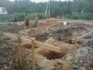Выкопанные выемки под фундаментные столбы