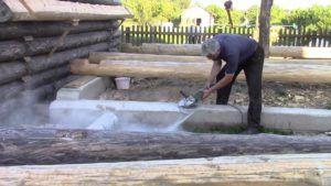 Фундамент со ступенькой готовится принять венец