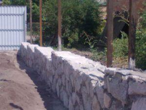 Ступенчатый каменный фундамент для забора из профлиста.