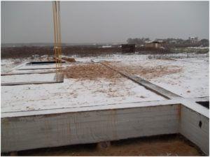 Фундамент-лента, заполненный грунтом