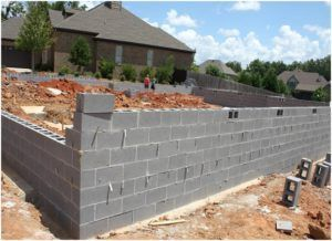С помощью шлакоблока можно также возвести стены постройки.