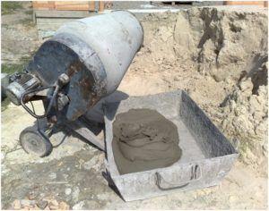Цементный состав лучше всего готовить с помощью бетономешалки.