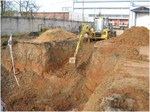 Отвалы грунта вокруг строительного котлована